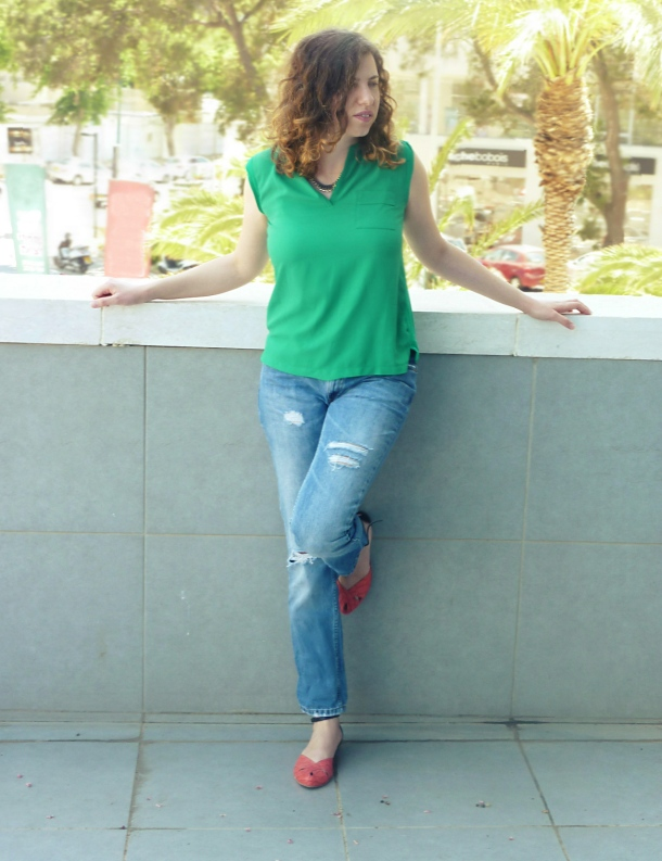 I'm wearing pull&bear boyfriend jeans, mango green top and myka red and black kay sandals